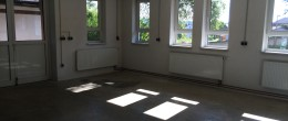 Vielseitig nutzbare Gewerbeflächen: Verkaufsraum, Ausstellungsraum, Werkstatt, Atelier, Lager, etc. in Schöllnach – Anmietung einer Teilfläche möglich
